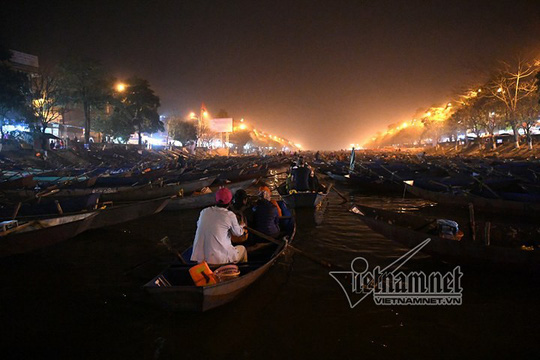 Hàng nghìn người xuyên đêm trẩy hội chùa Hương - Ảnh 19.