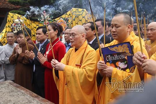 Hàng nghìn người xuyên đêm trẩy hội chùa Hương - Ảnh 28.
