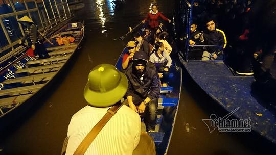 Hàng nghìn người xuyên đêm trẩy hội chùa Hương - Ảnh 2.
