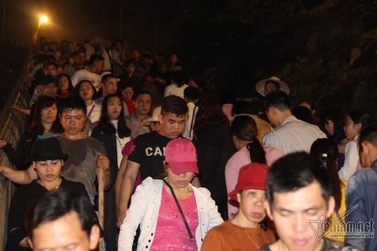Hàng nghìn người xuyên đêm trẩy hội chùa Hương - Ảnh 4.