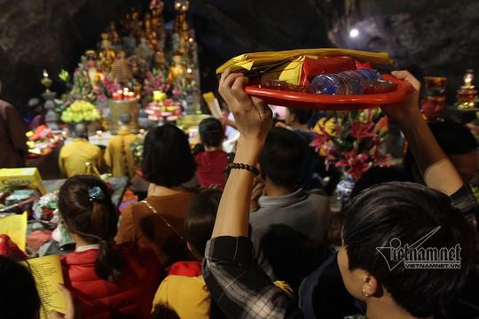 Hàng nghìn người xuyên đêm trẩy hội chùa Hương - Ảnh 5.