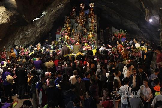 Hàng nghìn người xuyên đêm trẩy hội chùa Hương - Ảnh 6.