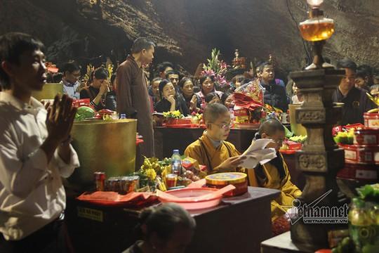 Hàng nghìn người xuyên đêm trẩy hội chùa Hương - Ảnh 7.