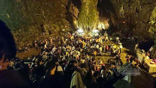 Hàng nghìn người xuyên đêm trẩy hội chùa Hương - Ảnh 8.