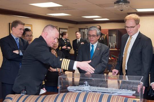 Đại sứ Việt Nam lần đầu tiên thăm tàu sân bay Mỹ - Ảnh 2.
