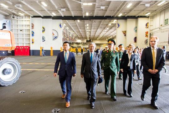 Đại sứ Việt Nam lần đầu tiên thăm tàu sân bay Mỹ - Ảnh 3.