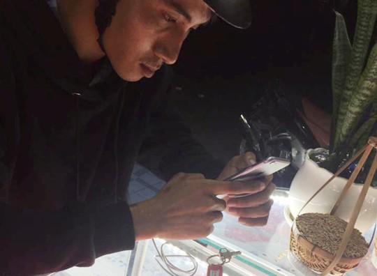 Clip: Nam thanh niên táo tợn vào cửa hàng cướp 2 điện thoại iPhone 6 - Ảnh 1.