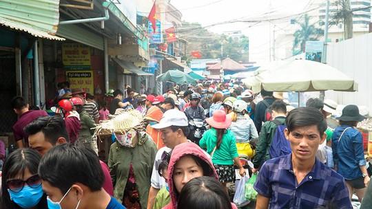 Du khách chen nhau mua hải sản tươi tại phố biển Vũng Tàu - Ảnh 1.