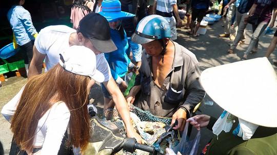 Du khách chen nhau mua hải sản tươi tại phố biển Vũng Tàu - Ảnh 2.