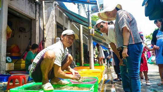 Du khách chen nhau mua hải sản tươi tại phố biển Vũng Tàu - Ảnh 6.