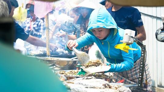 Du khách chen nhau mua hải sản tươi tại phố biển Vũng Tàu - Ảnh 7.
