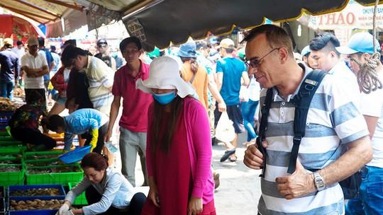 Du khách chen nhau mua hải sản tươi tại phố biển Vũng Tàu - Ảnh 9.