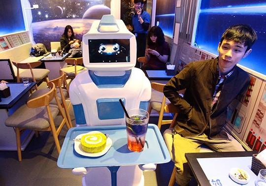 Công nhân mất việc bởi robot - Ảnh 1.