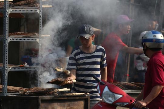 Dân TP HCM hào hứng mua cá lóc nướng vía thần tài - Ảnh 11.