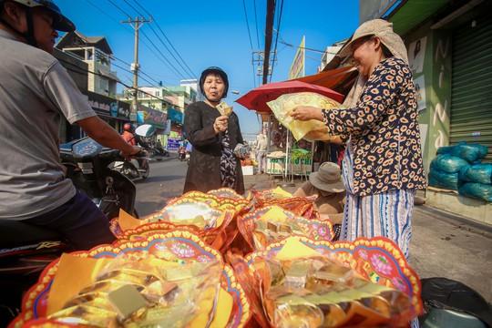 Dân TP HCM hào hứng mua cá lóc nướng vía thần tài - Ảnh 14.