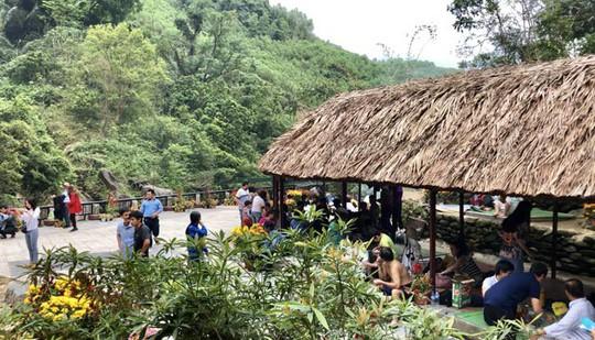 Thác trời thu hút hàng nghìn du khách đầu xuân - Ảnh 9.