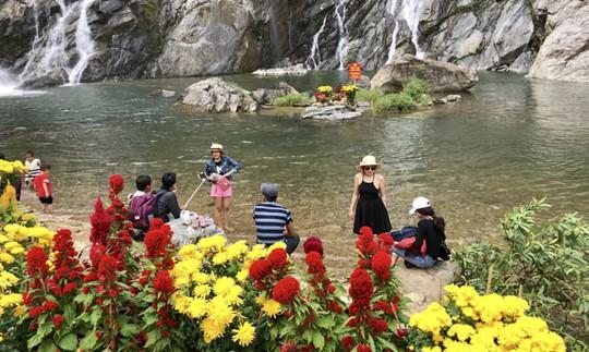 Thác trời thu hút hàng nghìn du khách đầu xuân - Ảnh 2.