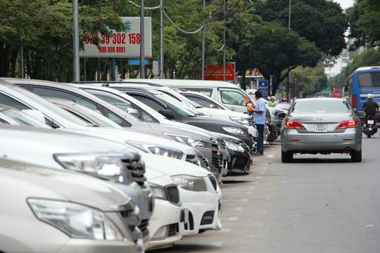 Sở GTVT  TP HCM nói lý do tăng khủng giá giữ ô tô dưới lòng đường - Ảnh 1.