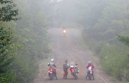 Lái xe du xuân vùng rẻo cao mù sương cần lưu ý gì? - Ảnh 1.