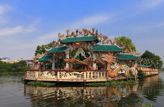 Ngôi miếu hơn 300 năm giữa sông ở Sài Gòn những ngày cận Tết - Ảnh 2.