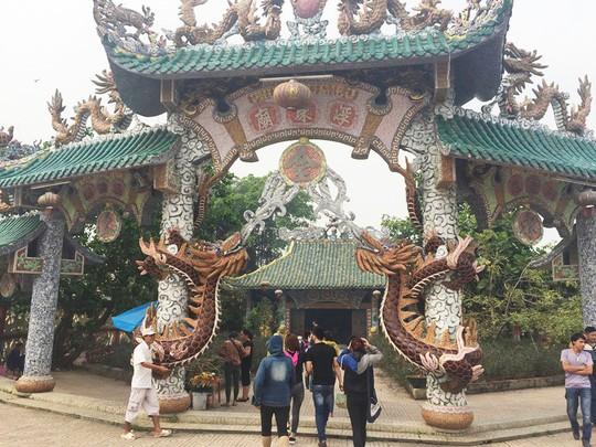Ngôi miếu hơn 300 năm giữa sông ở Sài Gòn những ngày cận Tết - Ảnh 3.