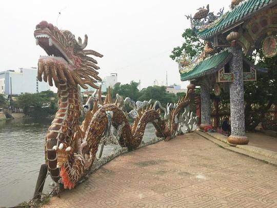 Ngôi miếu hơn 300 năm giữa sông ở Sài Gòn những ngày cận Tết - Ảnh 4.