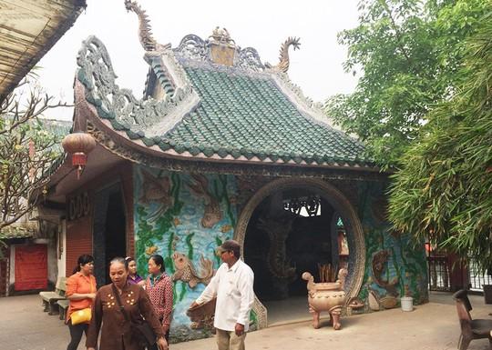 Ngôi miếu hơn 300 năm giữa sông ở Sài Gòn những ngày cận Tết - Ảnh 9.