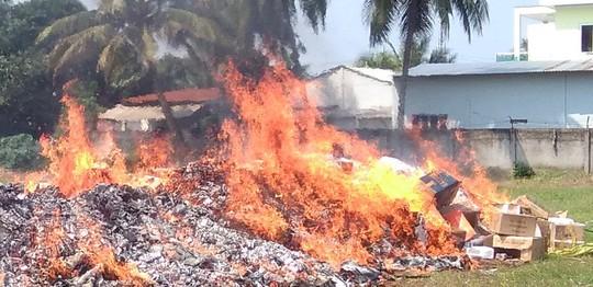 Hơn 50.000 sản phẩm quần áo, giày dép... nhái bị đốt ra tro - Ảnh 1.