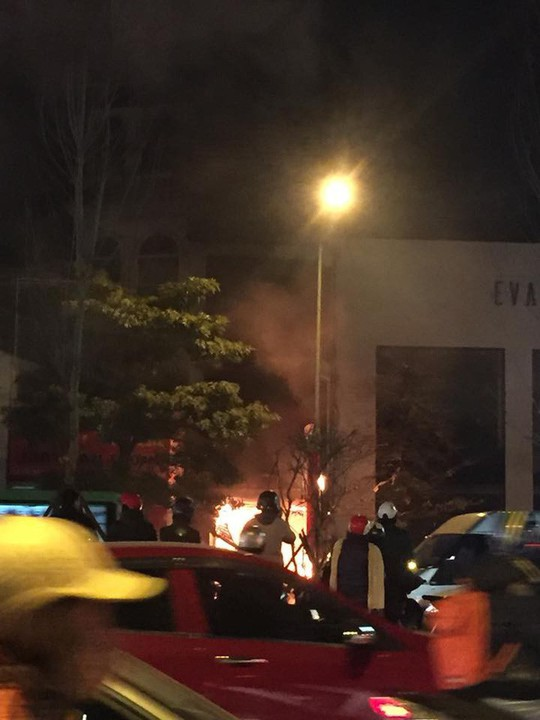 Nhà 5 tầng bất ngờ cháy lớn lúc đêm muộn - Ảnh 1.