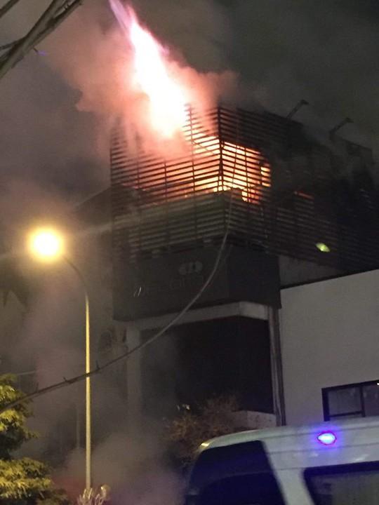 Nhà 5 tầng bất ngờ cháy lớn lúc đêm muộn - Ảnh 2.