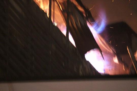 Nhà 5 tầng bất ngờ cháy lớn lúc đêm muộn - Ảnh 3.