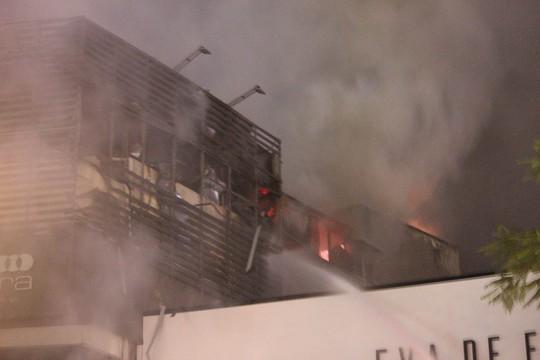 Nhà 5 tầng bất ngờ cháy lớn lúc đêm muộn - Ảnh 4.