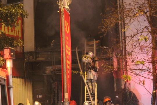 Nhà 5 tầng bất ngờ cháy lớn lúc đêm muộn - Ảnh 5.