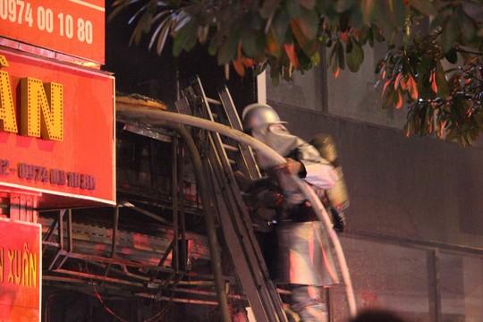 Nhà 5 tầng bất ngờ cháy lớn lúc đêm muộn - Ảnh 6.