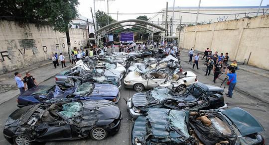Ông Duterte cho ủi bẹp hàng chục xe sang buôn lậu - Ảnh 1.