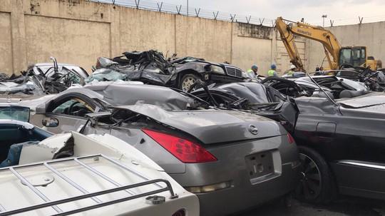 Ông Duterte cho ủi bẹp hàng chục xe sang buôn lậu - Ảnh 2.