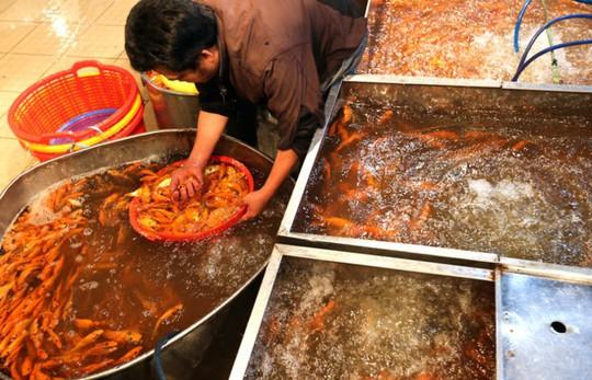 Nhộn nhịp mua cá chép lúc nửa đêm ở chợ lớn nhất Sài Gòn - Ảnh 4.