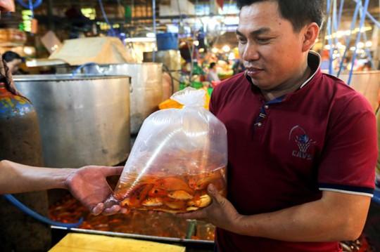 Nhộn nhịp mua cá chép lúc nửa đêm ở chợ lớn nhất Sài Gòn - Ảnh 6.