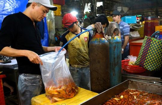 Nhộn nhịp mua cá chép lúc nửa đêm ở chợ lớn nhất Sài Gòn - Ảnh 8.