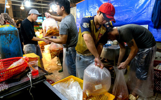 Nhộn nhịp mua cá chép lúc nửa đêm ở chợ lớn nhất Sài Gòn - Ảnh 9.