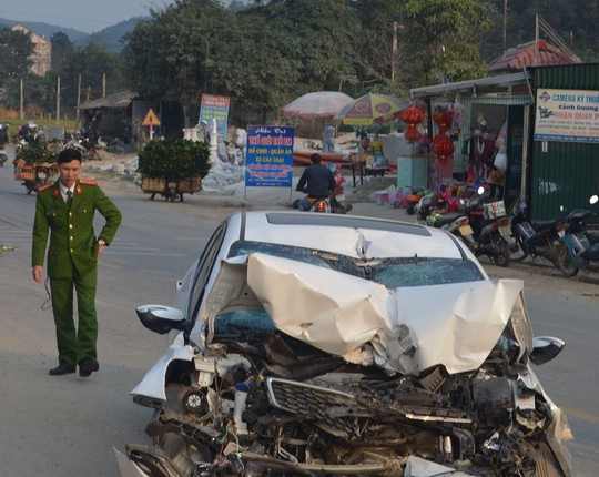 Tông xe tải đậu bên đường, xe con dập nát, tài xế tử vong - Ảnh 1.