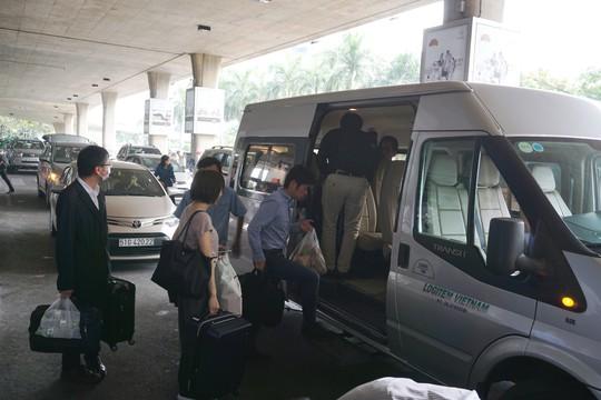 Đi xe 16 chỗ tới đón đúng 1 Việt kiều ở sân bay Tân Sơn Nhất - Ảnh 2.