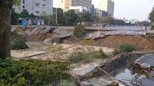 Trung Quốc: Sập cả đoạn đường 8 làn xe, 8 người chết - Ảnh 1.