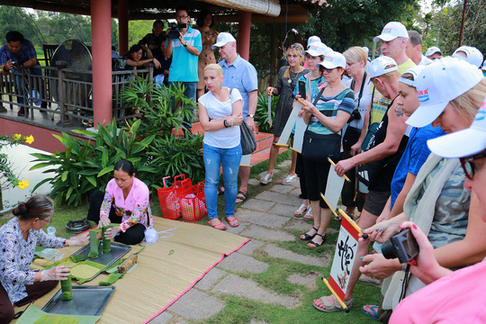 Nườm nượp khách quốc tế đến Việt Nam dịp Tết - Ảnh 1.