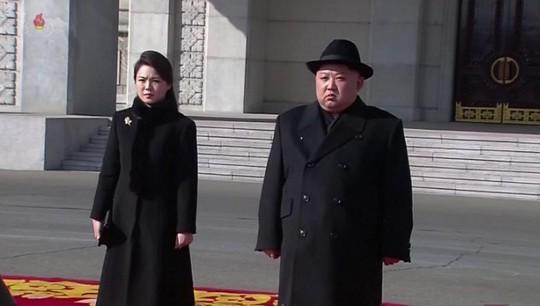 Lạ lùng Triều Tiên lặng lẽ diễu binh - Ảnh 1.