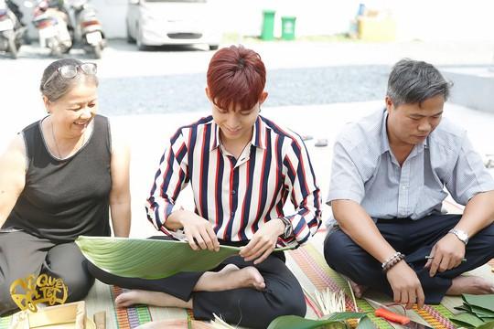 Ngô Thanh Vân, Jun Phạm nấu bánh chưng tặng người nghèo - Ảnh 1.