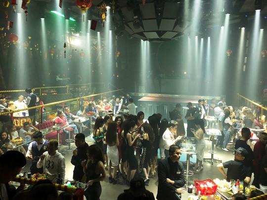 Cảnh sát đột kích quán bar, dân chơi tháo chạy tán loạn - Ảnh 4.
