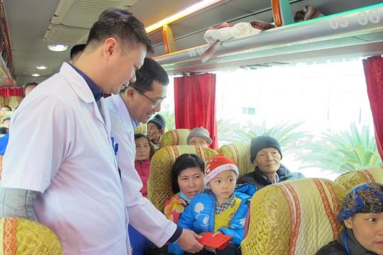 Bác sĩ tiễn bệnh nhân ung thư ra tận xe yêu thương về quê đón Tết - Ảnh 9.