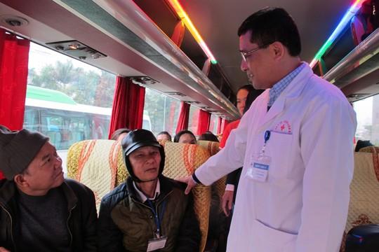 Bác sĩ tiễn bệnh nhân ung thư ra tận xe yêu thương về quê đón Tết - Ảnh 11.