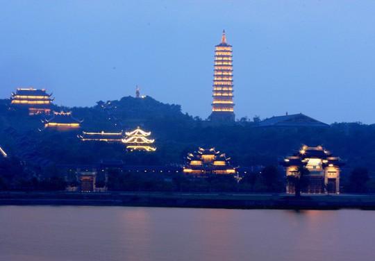 Ngôi chùa lớn nhất Việt Nam đẹp lung linh huyền ảo về đêm - Ảnh 1.